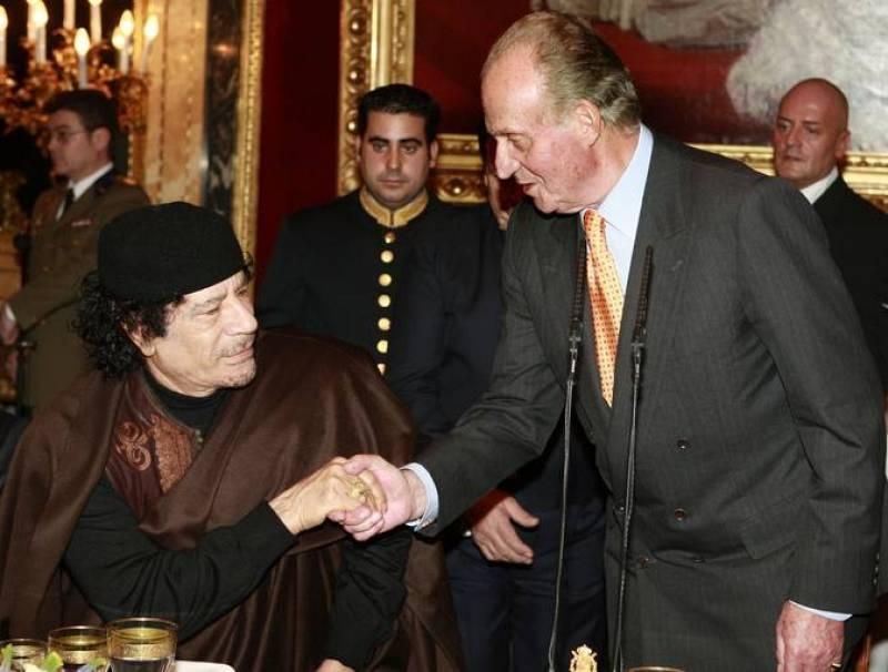 El Rey Juan Carlos saluda al líder de Libia, Muamar Al Gadafi, durante un almuerzo en el Palacio Real.