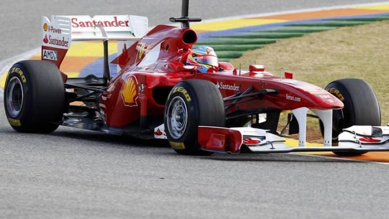 El piloto asturiano Fernando Alonso con su nuevo F150 durante los entrenamientos en Valencia.