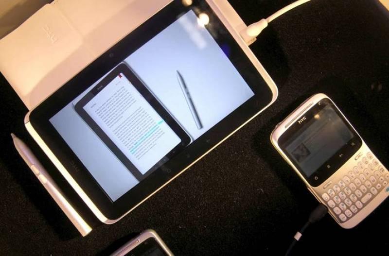Vista de la nueva tableta HTC Flyer y su smartphone el HTC ChaCha, que ha presentado esta mañana la multinacional taiwanesa HTC en el Mobile World Congress que se celebra en Barcelona