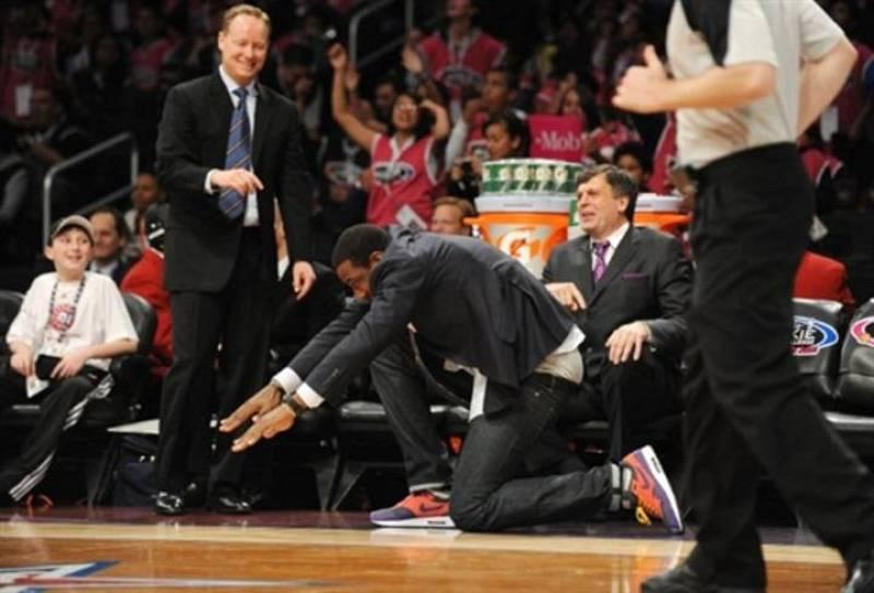 Stoudemire, entrenador del equipo de los Rookies, se rinde ante un mate de Blake Griffin.