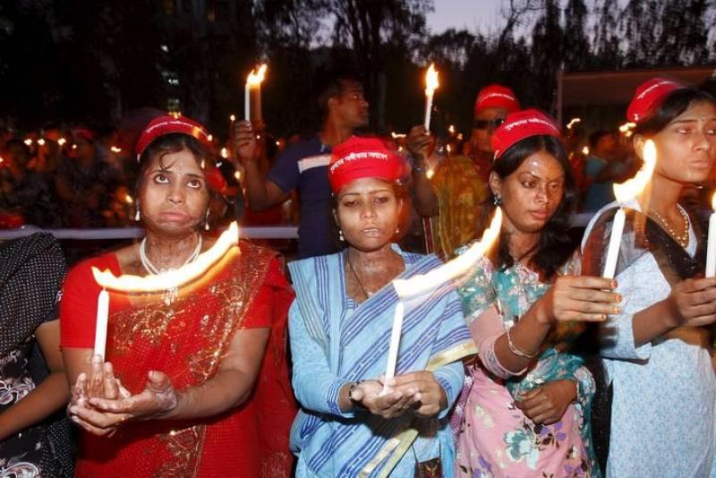 Mujeres con quemaduras por un ataque con ácido asisten a una vigilia organizada por la Fundación de Supervivienes del Ácido para denunciar y pedir el fin de la violencia contra la mujer, en la víspera del Día Internacional de la Mujer, en Dhaka (Bang