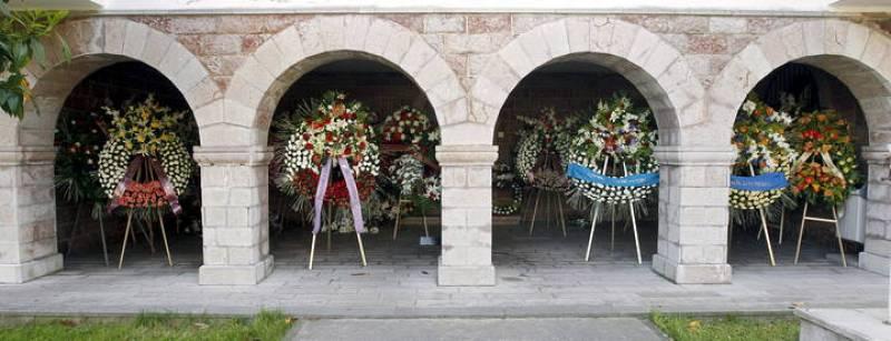Multitud de coronas florales para  'Seve'