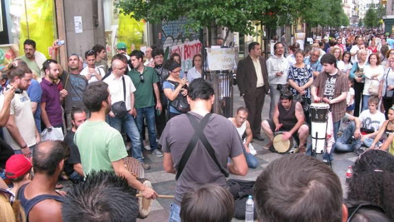 Algunos músicos amenizan la tarde en la calle Arenal.
