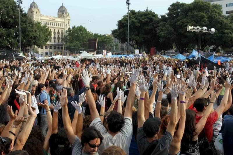 Centenares de personas con las manos blancas, como símbolo de convocatoria pacífica se han concentrado en el centro de la plaza Cataluña de Barcelona