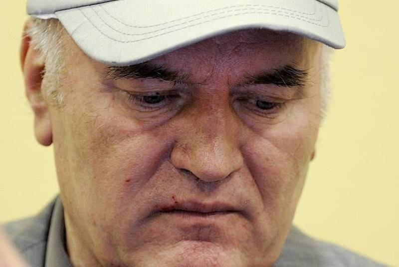 Former Bosnian Serb commander Ratko Mladic appears in court in the Hague