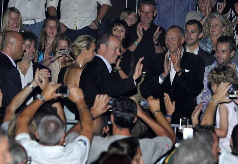 Los recién casados son ovacionados durante la presentación musical del comopositor francés Jean-Michel Jarre.