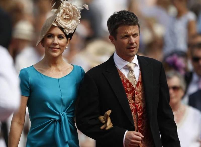 La princesa Mary de Dinamarca y su esposo el príncipe Federico llegan a la boda.
