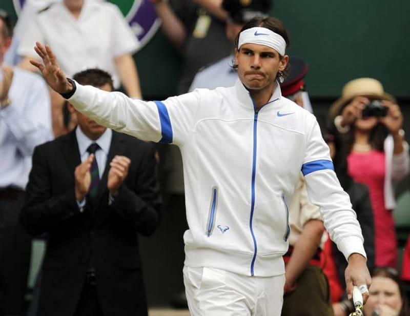 Rafa Nadal saluda al llegar a la pista central del All England Tennis Club
