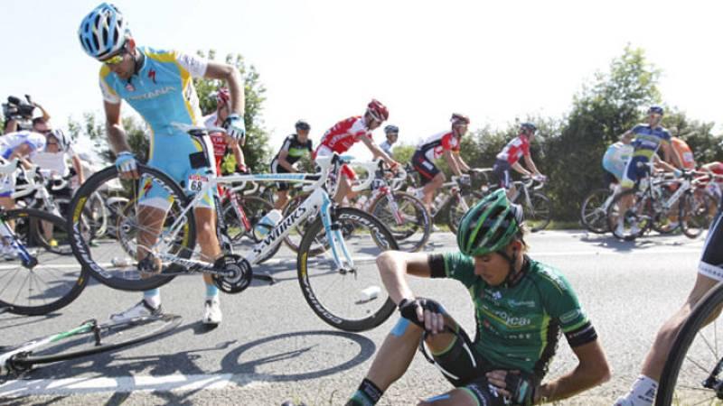 Así empezó el Tour, por los suelos. Aunque la salida en el temido Paso del Gois se realizó sin incientes (fue un paso neutralizado), la carrera comenzó con caídas que marcaron la carrera para muchos, entre ellos Contador.