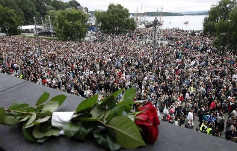 Los noruegos participan en un homenaje a las víctimas del atentado