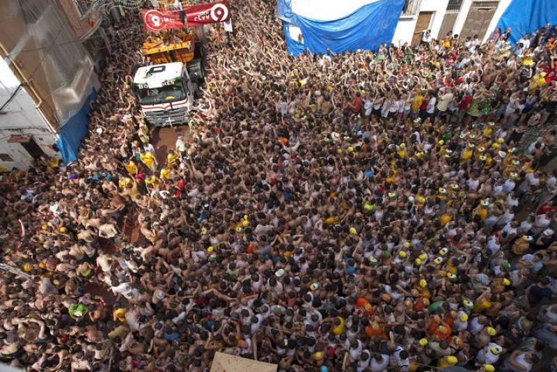 Decenas de miles de jóvenes durante la celebración de la Tomatina
