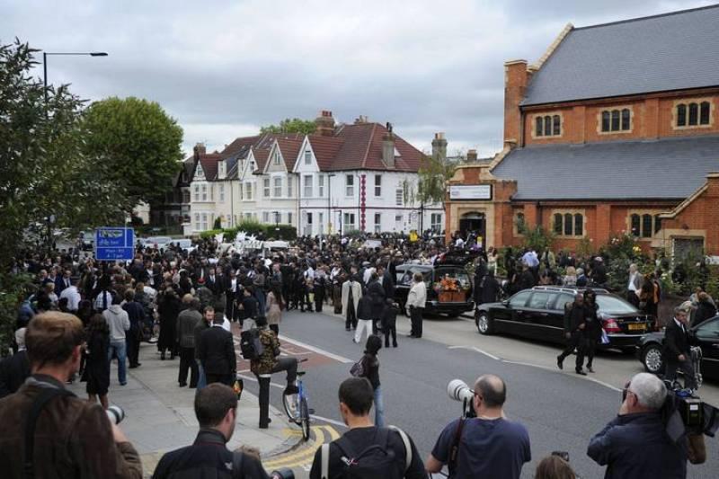 Multitud de personas asisten al funeral por Duggan