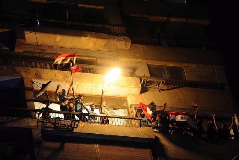 Manifestantes egipcios se suben a un edificio de la embajada de Israel