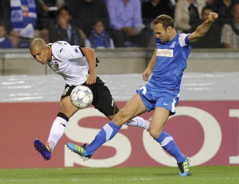 Feghouli del Valencia y Buffel del Genk disputan un balón en el debut del equipo ché esta temporada en la Champions