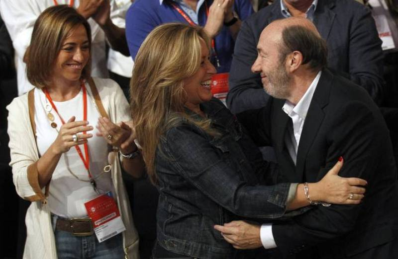 Spain's Socialist prime ministerial candidate Rubalcaba embraces Foreign Minister Jimenez in front of Defense Minister Chacon during the PSOE political conference in Madrid