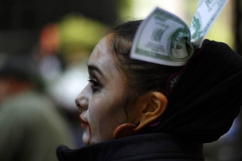 """Una de las manifestantes disfrazada de """"zombie"""""""