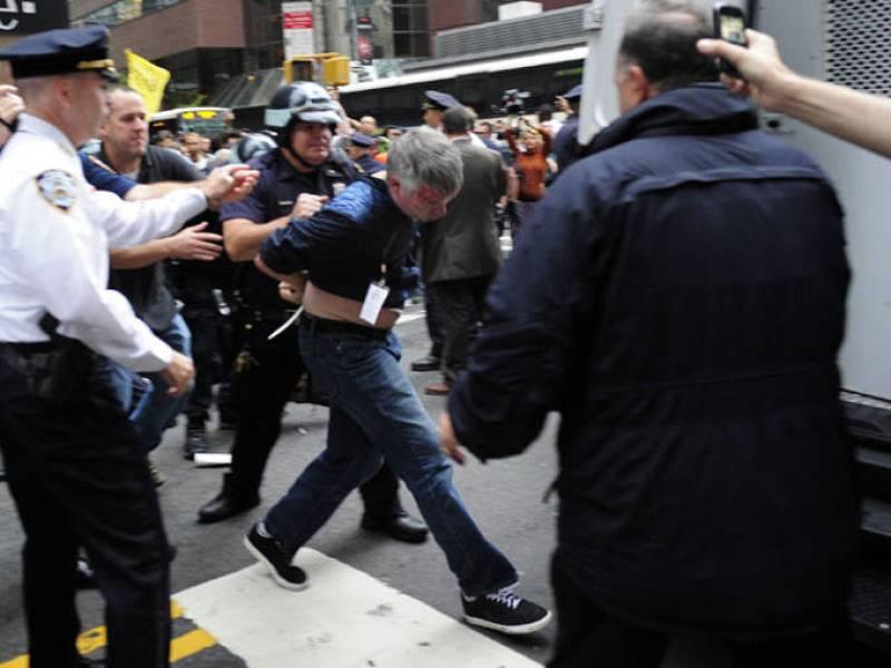 La policía se lleva a otro de los participantes en la protesta entre gritos de los presentes