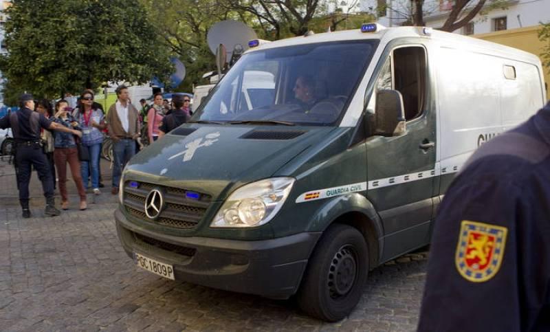 Un furgón de la Guardia Civil procedente de la Prisión de Morón de la Frontera (Sevilla) en el que el asesino confeso, Miguel Carcaño, llega esta mañana, entre un fuerte despliegue policial