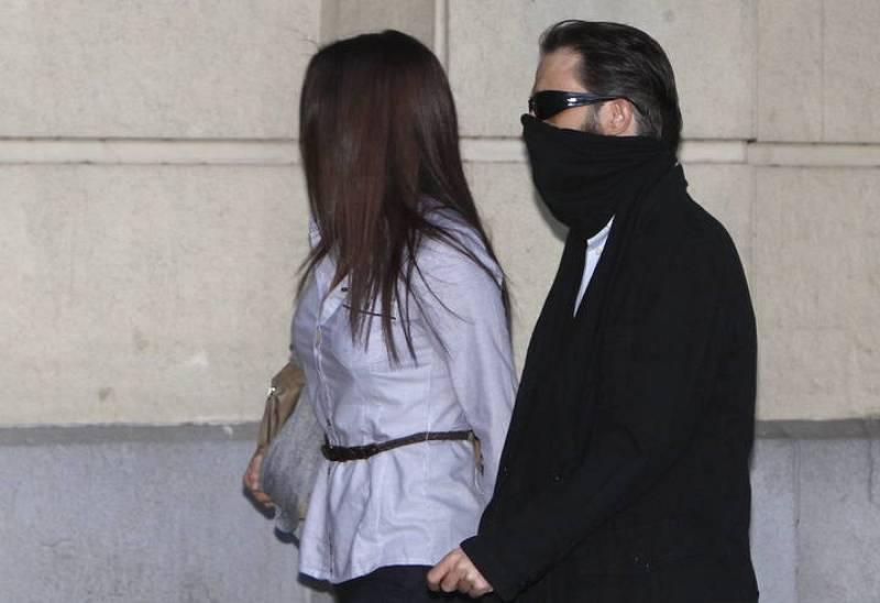Francisco Javier Delgado, hermano de Miguel Carcaño y su novia, María García, a su llegada esta mañana a la Audiencia Provincial de Sevilla