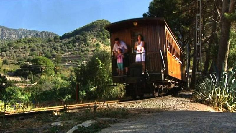 El tren de Sóller a su paso por Bunyola
