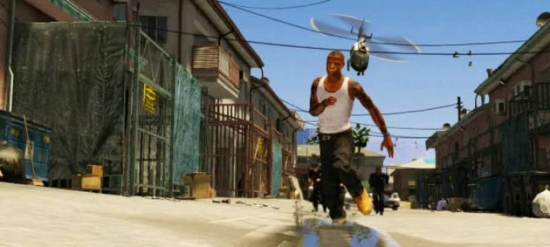Un helicóptero de policía persigue a un hombre que intenta escapar