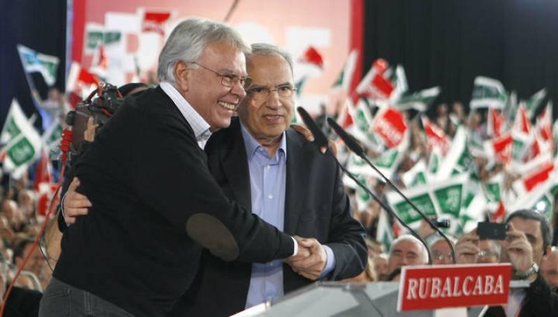 El expresidente del Gobierno, Felipe González (i) abraza al cabeza de lista del PSOE por Sevilla, Alfonso Guerra, que han arropado a Rubalcaba en el mitin de Dos Hermanos (Sevilla)