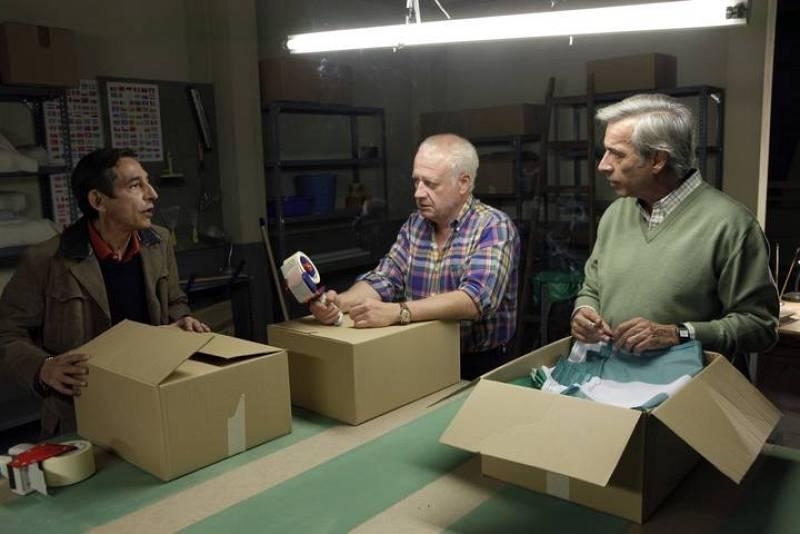Antonio, Miguel y Desi ultiman el pedido de banderas que les ha encargado la Junta de Andalucía. Cuando parecía que tenían todo a su favor, una huelga de Renfe a punto está de desbaratar el negocio.