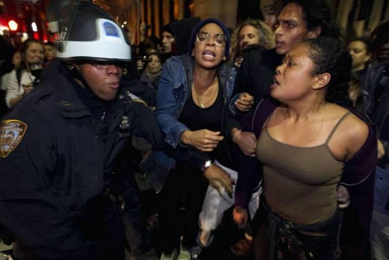 Activistas de Occupy Wall Street en Nueva York se encaran con la Policía tras ser desalojados del parque Zuccotti