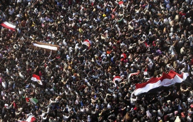 """Los manifestantes de Tahrir portan una bandera en la que aparece escrito: """"Te queremos Egipto"""""""