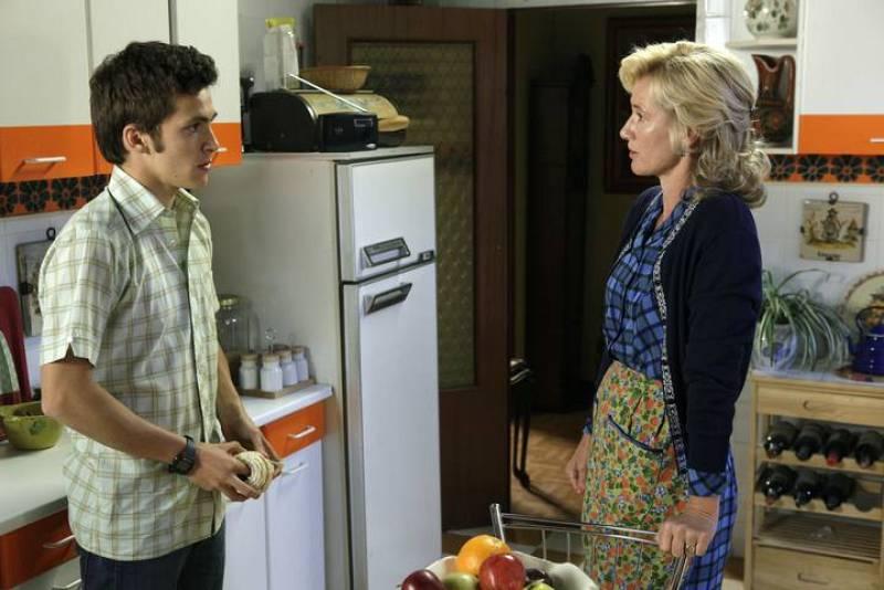 Marzo de 1980. Carlos abandona definitivamente el hogar de los Alcántara para irse a vivir a un piso que ha alquilado con Felipe.