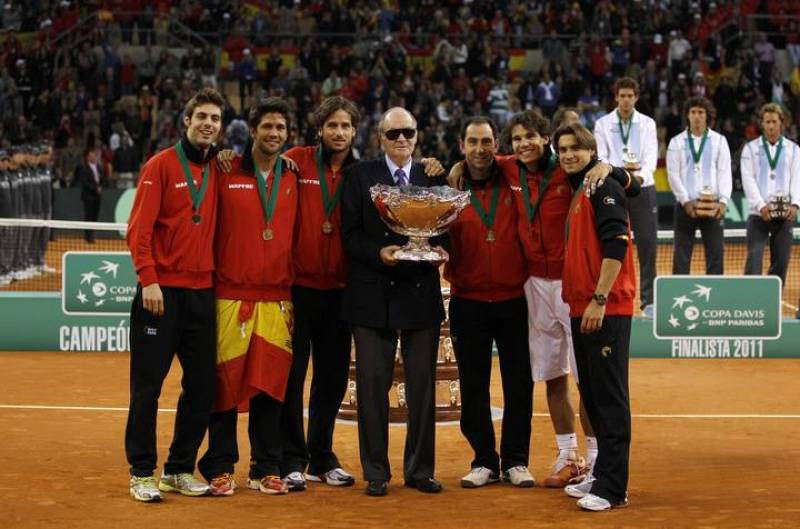 Spain's team poses with Spain's King Juan Carlos after winning their Davis Cup final against Argentina in Seville