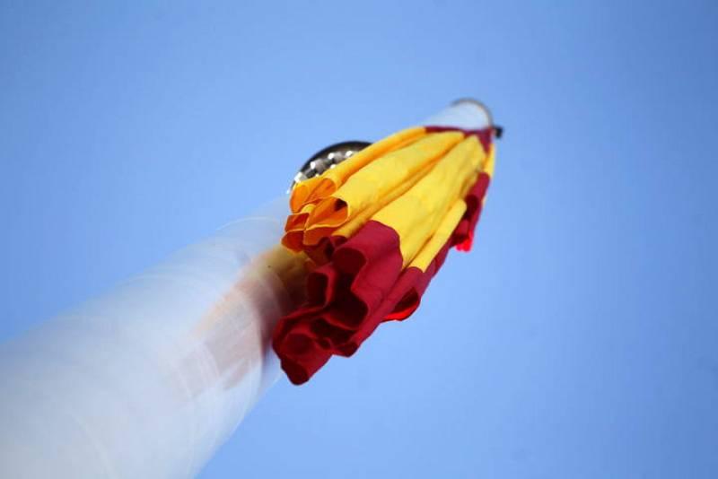 Izado de la bandera nacional durante la celebración del 33 aniversario de la Constitución