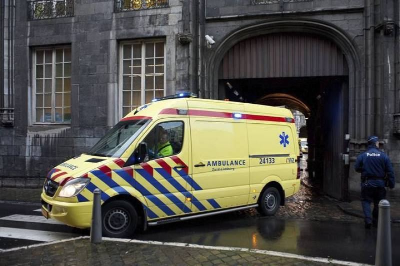 Una ambulancia traslada a un herido desde la Plaza Saint-Lambert en Lieja, Bélgica