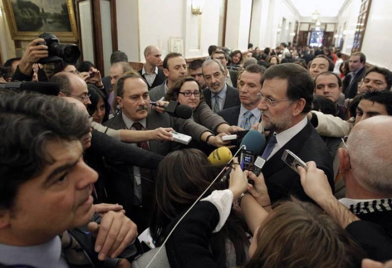 RAJOY POSA PARA LA PRENSA TRAS SER INVESTIDO PRESIDENTE DEL GOBIERNO