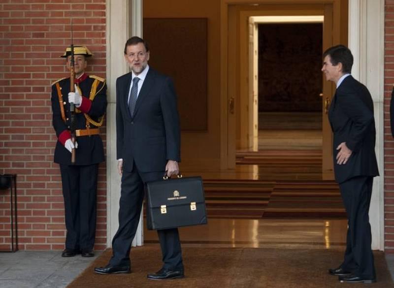 Mariano Rajoy  ha posado sonriente y distendido en la entrada de La Moncloa