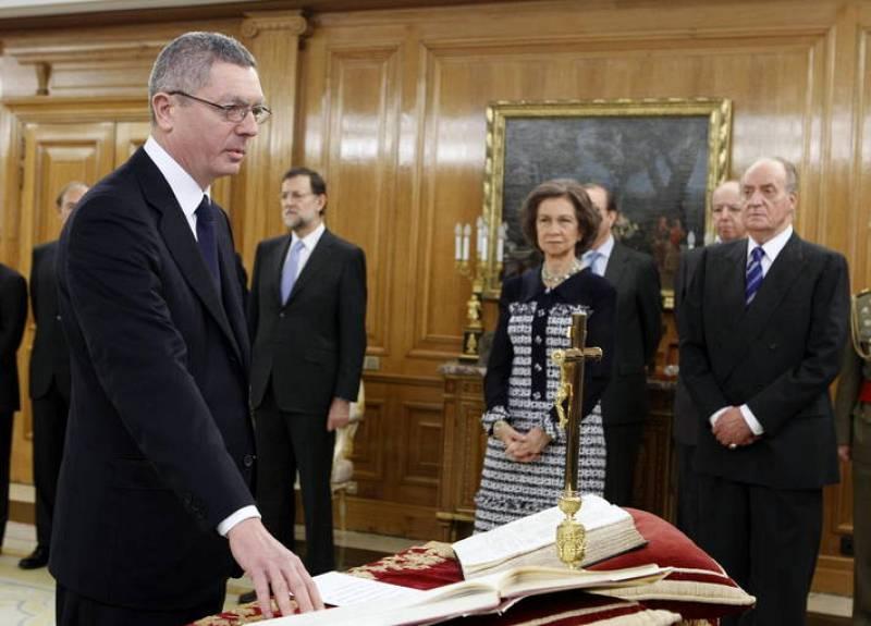 Alberto Ruiz-Gallardón jura su cargo como ministro de Justicia ante los Reyes en el Palacio de la Zarzuela, con un ejemplar de la Constitución y otro de la Biblia.