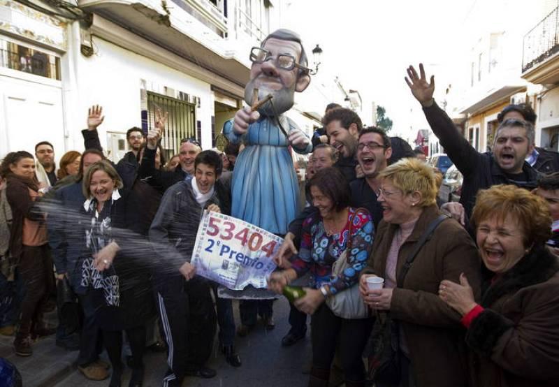 Los vecinos de la localidad valenciana de Manises, donde ha tocado íntegramente el segundo premio del sorteo extraordinario de Navidad, el 53.404, celebran en la calle este premio, que ha sido muy repartido, especialmente entre afiliados y simpatizan