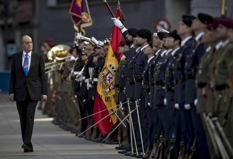 El rey pasa revista a las tropas ante el Congreso