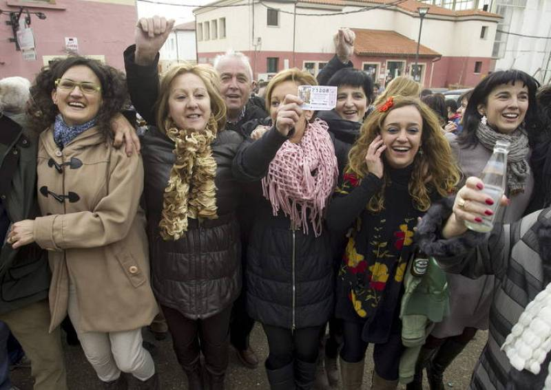 Vecinos de la localidad burgalesa de Huerta del Rey celebran el primer premio de la lotería del Niño