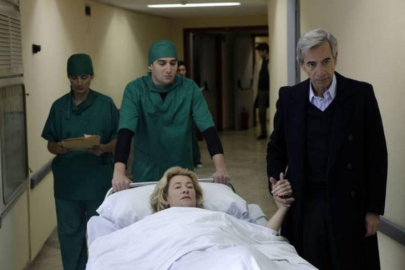 Antonio acompaña a Mercedes de camino a la sala de quirófano