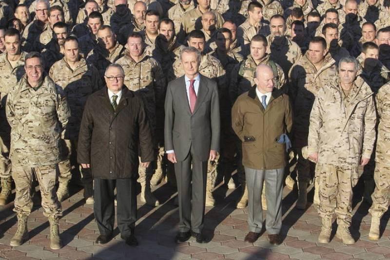 Foto del ministro de Defensa con las tropas y los altos mandos en Afganistán