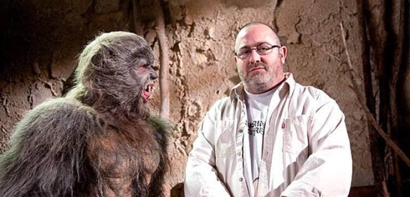 Juan Martínez Moreno vigilado de cerca por uno de sus lobos de Arga
