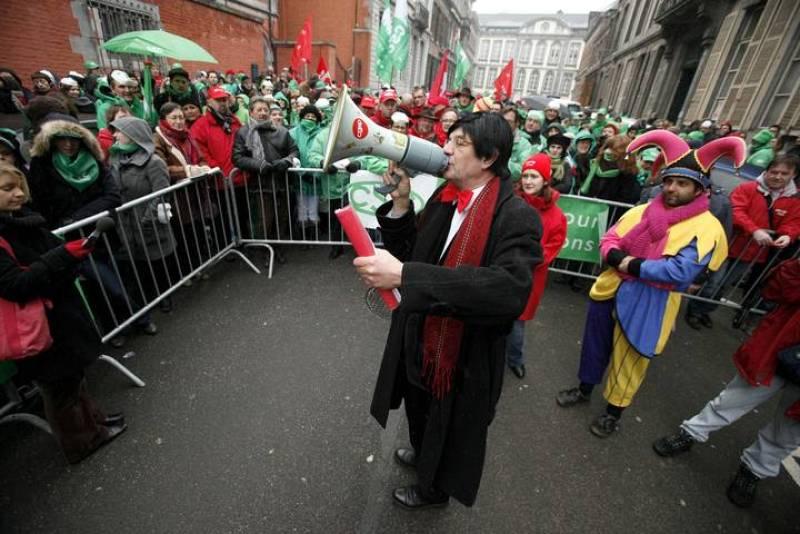 Un hombre disfrazado del primer ministro belga Elio Di Rupo se dirige a los manifestantes en la jornada de huelga