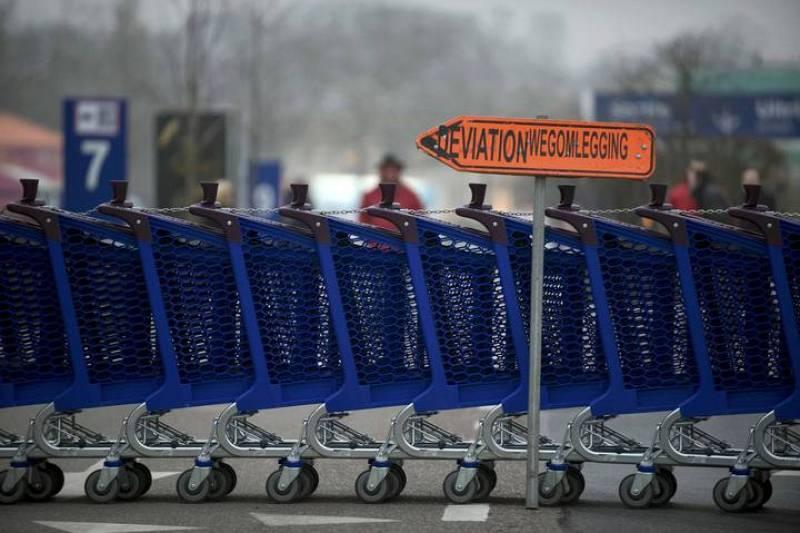 Carritos de la compra en la entrada de un supermercado en protesta durante la jornada de huelga en Bélgica