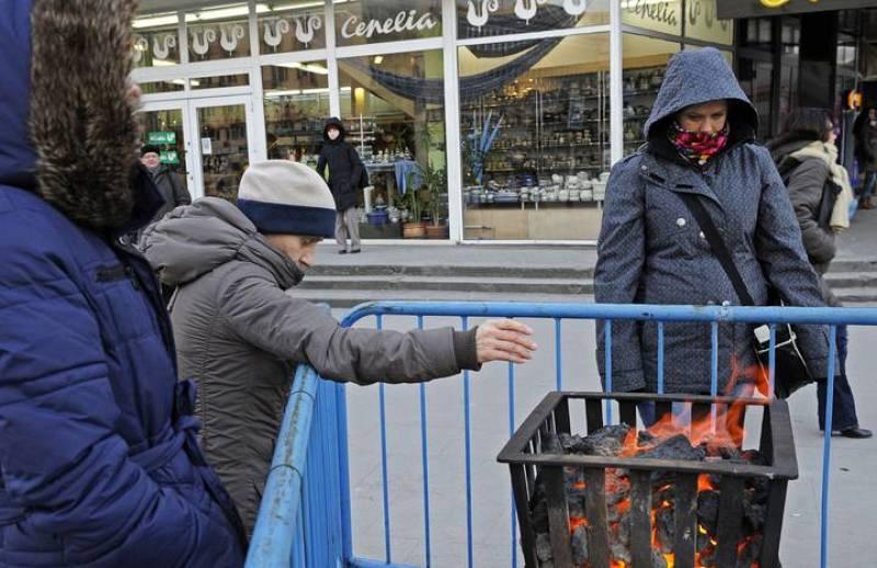 El Ayuntamiento de Varsovia ha encendido fogatas en las calles para que la gente pueda calentarse y resistir las bajas temperaturas.