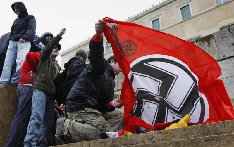 Los manifestantes han ondeado y quemado banderas de Alemania y del Partido Nazi