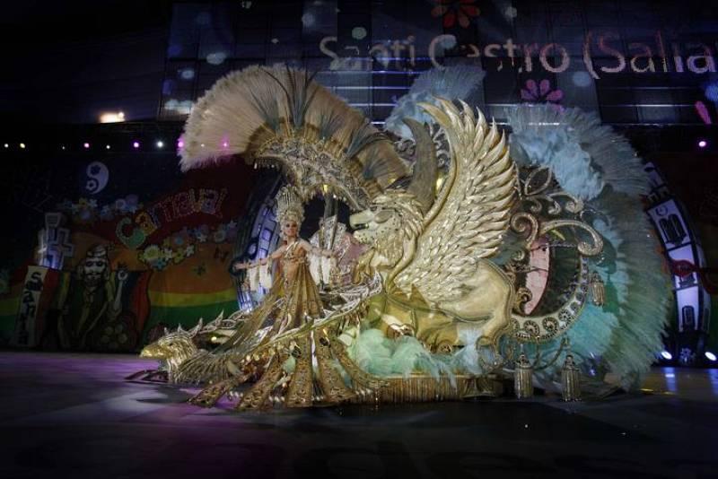 En esta instantánea, se puede observar el traje completo de la recién elegida Reina del Carnaval de Santa Cruz de Tenerife 2012