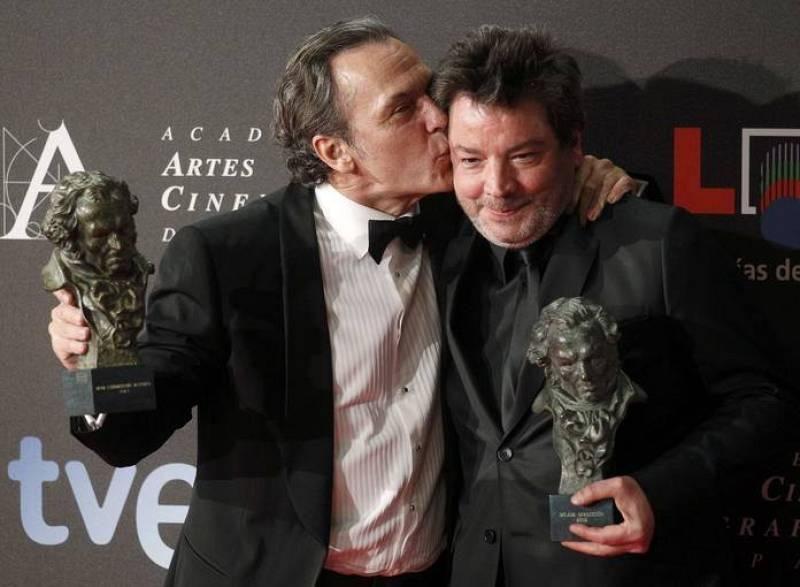 José Coronado besa al director de la película 'No habrá paz para los malvados', Enrique Urbizu con el ya trabajó en 'La caja 507' y 'La vida Mancha'