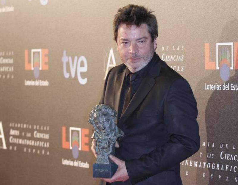 El director vasco Enrique Urbizu posa ante la prensa tras obtener el Goya a la mejor dirección con su película 'No habrá paz para los malvados'