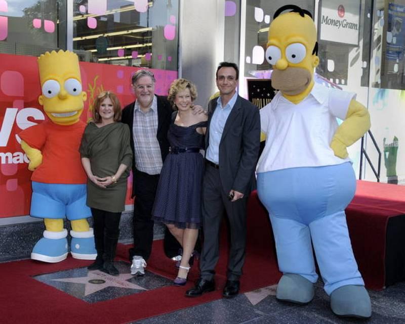 Bart y Homert Simpson posan junto a los actores Nancy Cartwright (voz de Bart Simpson) (2-i), Yeardley Smith (voz de Lisa Simpson) (3-d) y Hank Azaria (voz de Moe y el jefe Wiggum) y el productor y dibujante Matt Groening (3-i)